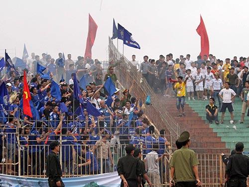 Ở trận đấu cuối lượt đi, CĐV Quảng Ninh (trái) va chạm với ủng hộ viên Thanh Hóa Ảnh: HẢI ANH