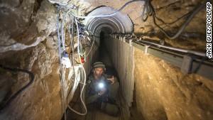 Đường hầm các tay súng Hamas sử dụng để thực hiện các cuộc tấn công qua biên giới. Ảnh: AP