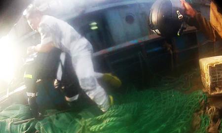 Một ngư dân Trung Quốc cố đẩy thành viên cảnh sát biển Hàn Quốc xuống biển hôm 10-10. Ảnh: Yonhap