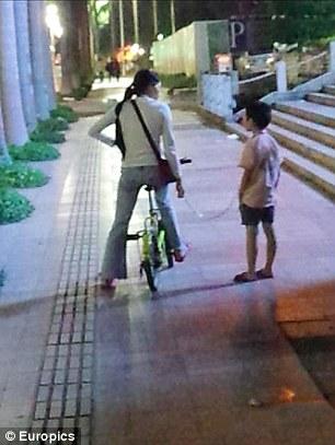 Li Shao bị mẹ cột bằng dây xích. Ảnh: Europics