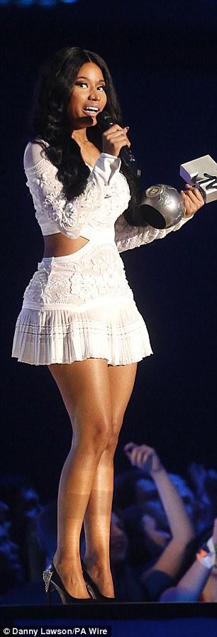 Nicki Minaj treo người trên sân khấu để dẫn chương trình