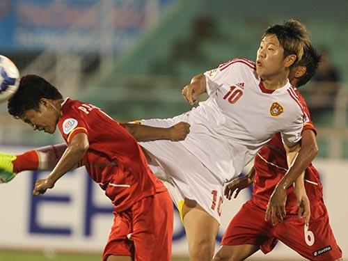 Các hậu vệ Myanmar vất vả trước tiền đạo Li Ying (10) của Trung Quốc