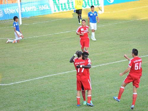 Đồng đội chúc mừng bàn thắng mở tỉ số của Kesley (77) Ảnh: Lê Tùng