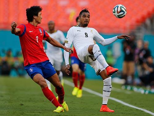 Kevin Boateng (trái) của Ghana trong trận thắng Hàn Quốc của Kwak Tae Hwi 4-0 sáng 10-6 Ảnh: REUTERS