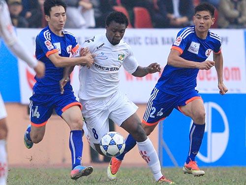 Với kinh nghiệm và may mắn, SLNA (áo trắng) vượt qua chủ nhà Than Quảng Ninh, giành 3 điểm Ảnh: Hải Anh
