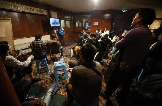 Người thân của hành khách trên MH370 xem trực tiếp Thủ tướng Malaysia Najib Razak phát biểu tại Bắc Kinh. Ảnh: Reuters