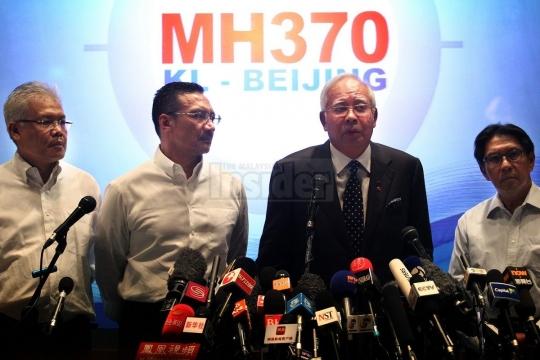 Thủ tướng Najib Razak (thứ hai từ phải sang) và quyền Bộ trưởng Giao thông Hishammuddin Hussein  (thứ hai từ trái sang) trong họp báo. Ảnh: The Malaysian Insider
