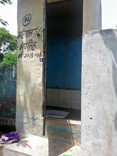 Nhà vệ sinh của gia đình cô Sunita do chính phủ xây dựng hầu như không được sử dụng  Ảnh: BLOOMBERG