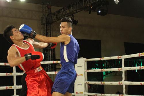 Bùi Trung Phong (phải) của Hà Nội thắng võ sĩ chủ nhà TP HCM Trần Thanh Hiền ở trận bán kết hạng cân 69 kg nam