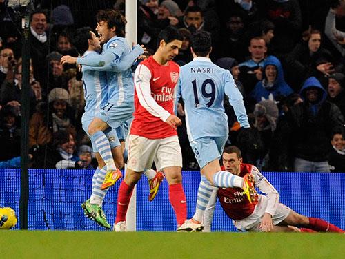 """Tiền vệ David Silva (21) của Man City tiếp tục là """"ngòi nổ"""" lợi hại đe dọa hàng thủ Arsenal. Ảnh: REUTERS"""