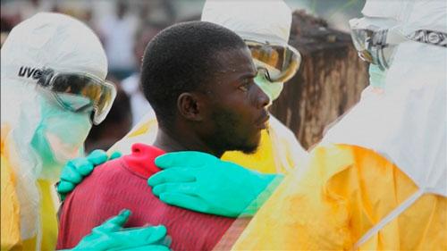 Các nhân viên y tế vây quanh một bệnh nhân Ebola bỏ chạy khỏi bệnh viện Elwa ở thủ đô Monrovia - Liberia Ảnh: REUTERS