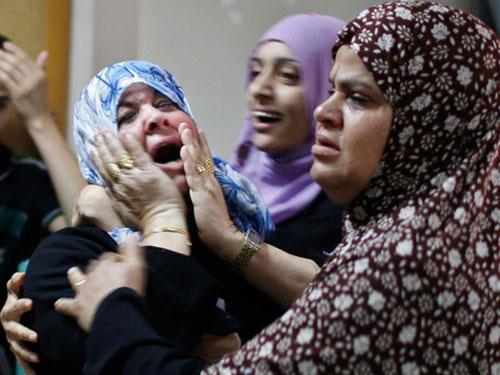 Một phụ nữ Palestine đau đớn vì mất con trai khi một bệnh viện ở Dải Gaza bị trúng đạn pháo của Israel Ảnh: Reuters