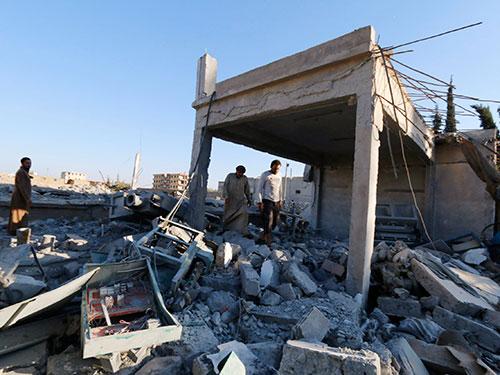 Một mục tiêu của cuộc không kích do liên quân tiến hành ở TP Raqqa - Syria hôm 28-9 Ảnh: Reuters