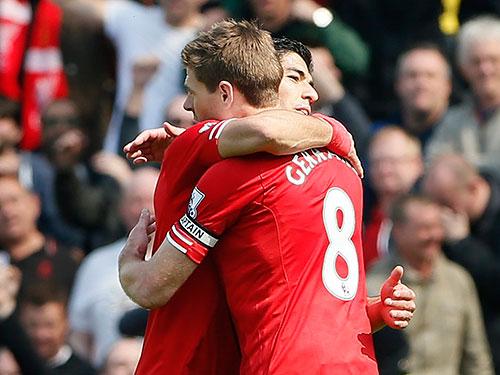 Steven Gerrard và Suarez chúc mừng chiến thắng, đưa Liverpool chạm một tay vào cúp vô địch ngoại hạng Anh Ảnh: REUTERS