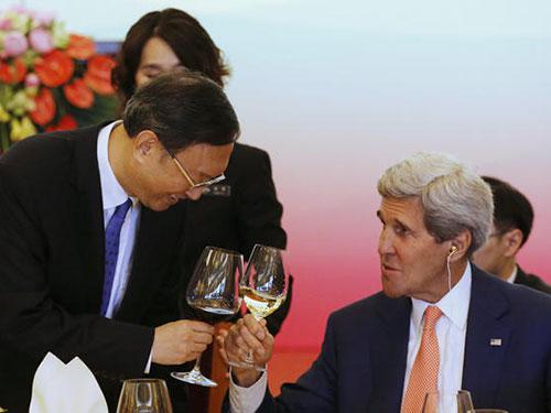 Ủy viên Quốc vụ viện Trung Quốc Dương Khiết Trì (trái) và Ngoại trưởng Mỹ John Kerry tại buổi tiệc trước thềm Đối thoại chiến lược và kinh tế hôm 9-7Ảnh: AP