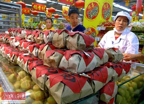Nhiều cơ sở sản xuất bánh trung thu chuyển mục tiêu sang thị trường trung lưu và thu nhập thấp Ảnh: TÂN HOA XÃ