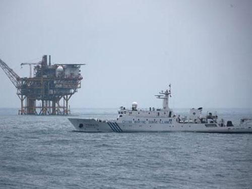 Tàu hải giám và giàn khoan Trung Quốc tại biển Đông Ảnh: SINA