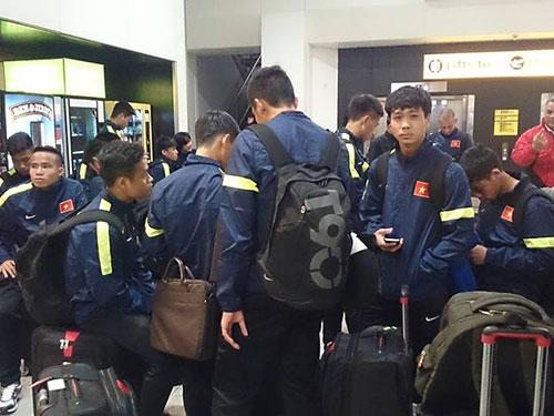 U19 Việt Nam xuống sân bay Heathrow ở London - Anh Ảnh: TRÍ NGUYỄN