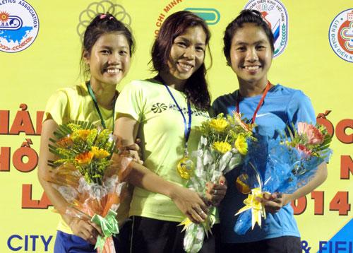 Vũ Thị Hương (giữa) trên bục nhận HCV cự ly 100 m nữ
