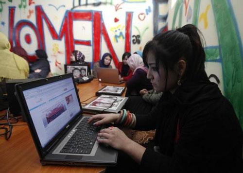 Ngày càng có nhiều người Afghanistan tìm kiếm và kết bạn qua mạng Ảnh: REUTERS