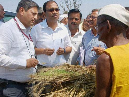 Một nông dân kể khổ với các quan chức bang Maharashtra Ảnh: PTI