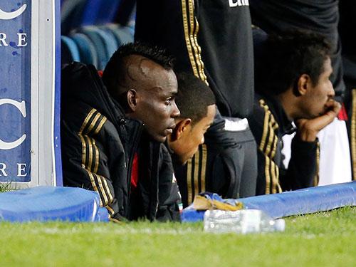 Balotelli khóc trên băng ghế Ảnh: REUTERS