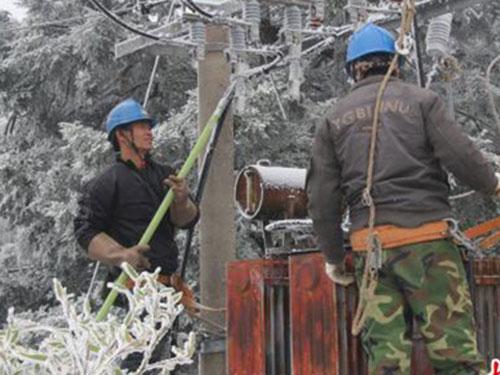 Công nhân làm tan chảy băng trên dây điện ở tỉnh Phúc Kiến - Trung Quốc hôm 11-2 Ảnh: TÂN HOA XÃ