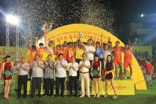 Đội Hoàng Thái FC nhận 40 triệu đồng tiền thưởng Ảnh: ĐÔNG LINH