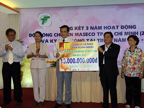 Giám đốc Công ty Maseco Nguyễn Xuân Hãn (thứ hai từ phải sang) trao tiền  tài trợ tượng trưng