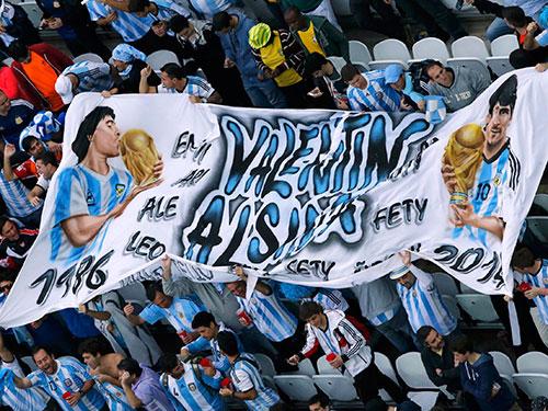CĐV Argentina mong Messi tái lập chiến tích vô địch thế giới như Maradona làm được hồi Mexico 1986  Ảnh: REUTERS