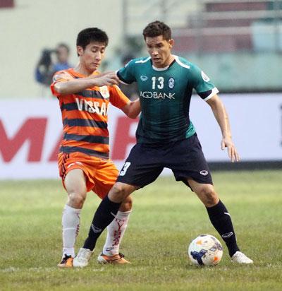 Cựu hậu vệ U23 Việt Nam Chu Ngọc Anh (trái), một trong 9 cầu thủ cá cược và trực tiếp dàn xếp tỉ số trận Kelantan - V.Ninh Bình ở AFC Cup 2014 Ảnh: Hải Anh
