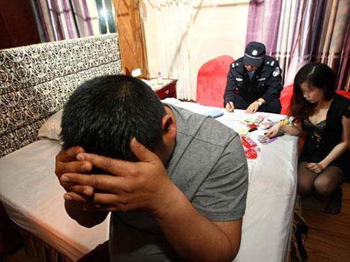 Một trường hợp mua bán dâm bị bắt quả tang ở Đông Hoản ngày 9-2 Ảnh: TÂN HOA XÃ