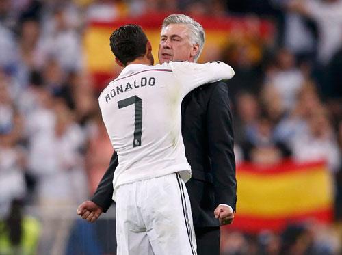 Ronaldo và HLV Ancleotti sau chiến thắng trước Barcelona rạng sáng 26-10  Ảnh: REUTERS