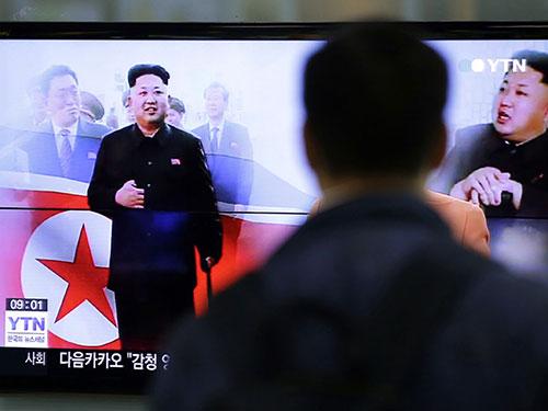 Người dân Hàn Quốc xem bản tin về lãnh đạo Kim Jong-un tại một nhà ga ở Seoul Ảnh: AP