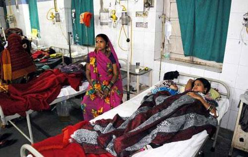 Bệnh nhân được điều trị tại một bệnh viện ở TP Bilaspur, bang Chhattisgarh - Ấn Độ Ảnh: AP