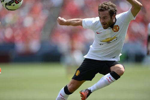 Mata với pha lốp bóng nâng tỉ số 2-0 cho M.U sau đường chuyền rất đẹp của Rooney Ảnh: REUTERS