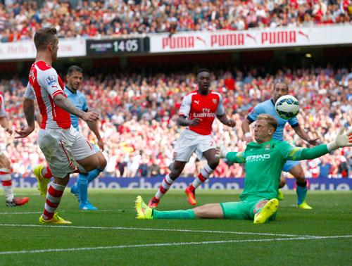 Wilshere (trái) trong pha gỡ hòa 1-1 cho Arsenal Ảnh: REUTERS