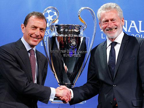 Đại sứ Bayern Munich, cựu danh thủ Paul Breitner (phải), chụp ảnh lưu niệm với đại sứ Real Madrid - cựu tiền đạoEmilio Butragueno - sau lễ bốc thăm chiều tối 11-4 Ảnh: REUTERS