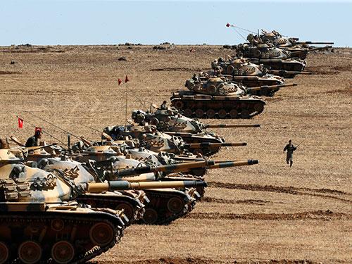 Xe tăng quân đội Thổ Nhĩ Kỳ tại biên giới với Syria hôm 6-10 Ảnh: REUTERS