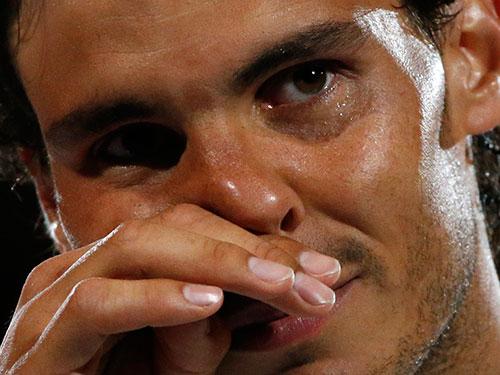 Wawrinka trở thành nhà vô địch mới nhất của Giải Quần vợt Úc mở rộng, trong lúc Nadal (ảnh nhỏ) bật khóc  Ảnh: REUTERS