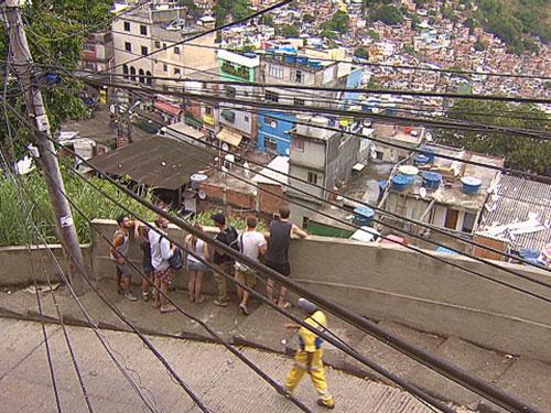Du khách nước ngoài tại một khu ổ chuột ở Rio de Janeiro Ảnh: CNN