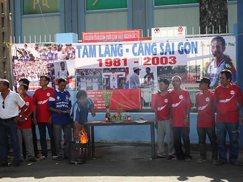 CĐV cũ của đội Cảng Sài Gòn đón chờ xe tang chở cố HLV Phạm Huỳnh Tam Lang đi ngang sân Thống Nhất sáng 6-6  Ảnh: QUANG LIÊM