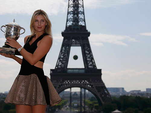 Sharapova với Cúp vô địch Pháp 2014. Ảnh: REUTERS