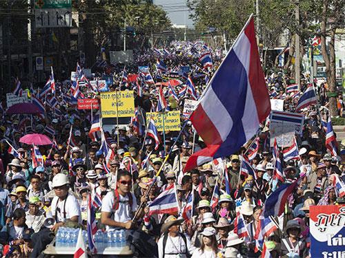 Hàng chục ngàn người biểu tình chống chính phủ xuống đường ở Bangkok ngày 13-1 Ảnh: BANGKOK POST
