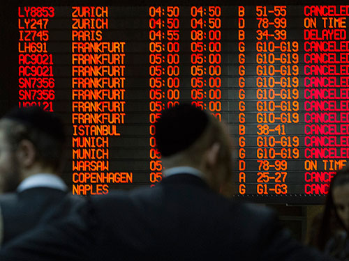Một loạt chuyến bay bị hủy tại sân bay Ben Gurion (Israel) hôm 22-7 Ảnh: Reuters