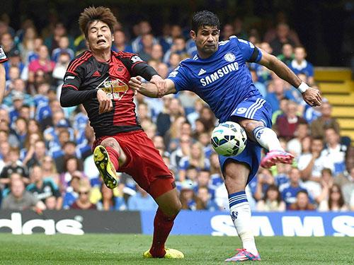 Diego Costa (phải) đang giúp Chelsea ở ngôi đầu Giải Ngoại hạng Anh với 4 trận toàn thắng Ảnh: REUTERS