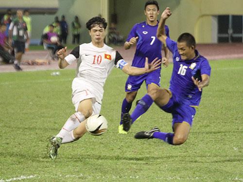 Nhiều người lo ngại Công Phượng (bìa trái) và đồng đội sẽ khó phát triển tài năng đúng hướng trong môi trường V-League với nhiều đội bóng chơi rắn quá mức cần thiết