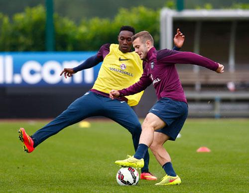 """Hai tuyển thủ Anh Welbeck (trái) và Wilshere sẽ ở cùng """"chiến tuyến"""" khi Arsenal tiếp Man City tối 13-9 Ảnh: REUTERS"""
