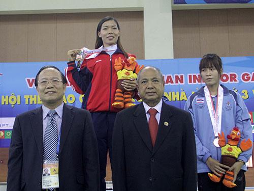 Bộ trưởng Bộ Văn hóa - Thể thao và Du lịch Hoàng Tuấn Anh (trái) trong lễ trao HCV cự ly 60 m ở Á vận hội trong nhà 2009 tại Hà Nội cho Vũ Thị Hương. Đó là sự kiện thể thao lớn nhất mà Việt Nam từng tổ chức  Ảnh: Hải Anh