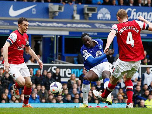 Lukaku (giữa) trong bàn thắng thứ nhì cho Everton Ảnh: REUTERS